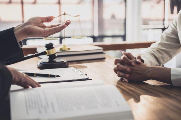 abogado o juez sexo masculino consultan tener reunion equipo cliente empresaria concepto servicios legales legales 28283 1384
