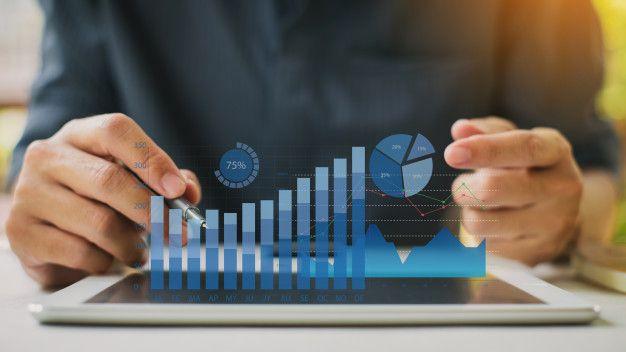hombre negocios que analiza balance informe financiero compania graficos realidad aumentada digital 34141 379