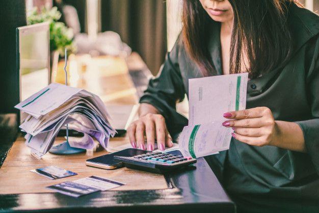 mujer asiatica cuentas financieras que calcula deuda 34670 735