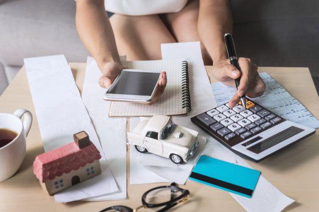 mujer joven telefono inteligente control facturas 44943 548