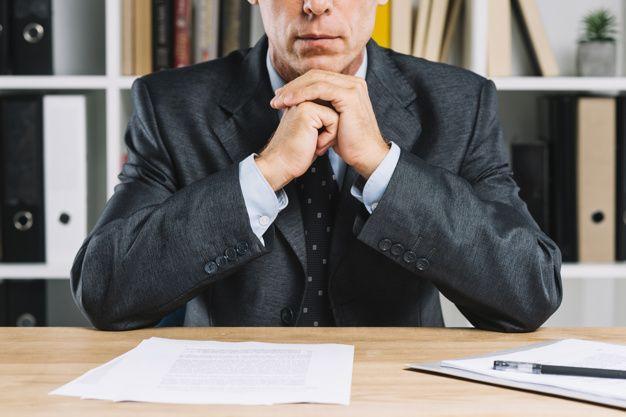 primer plano maduro hombre negocios documento papel escritorio 23 2147898242