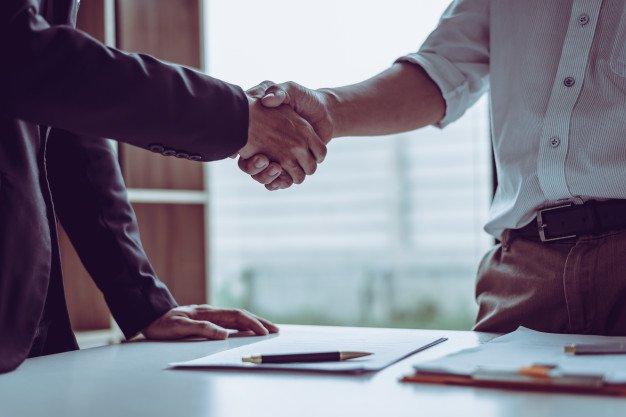 abogados asiaticos socios mediana edad que dan mano despues discutir acuerdo contrato hecho 35675 922